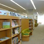 【写真】明るく開放的な図書館。児童書も豊富。